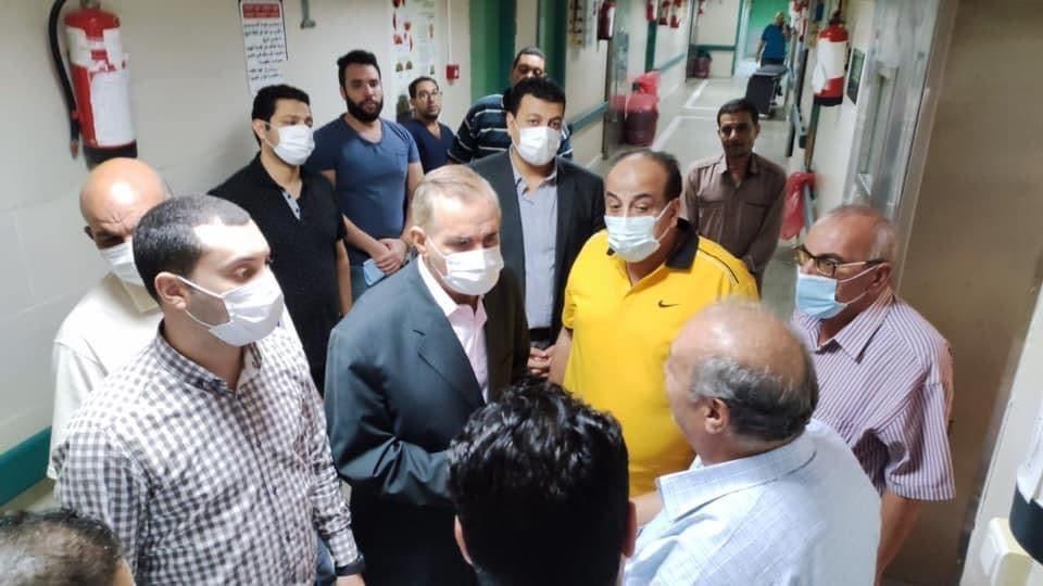 محافظ كفر الشيخ أثناء زيارته للمستشفى