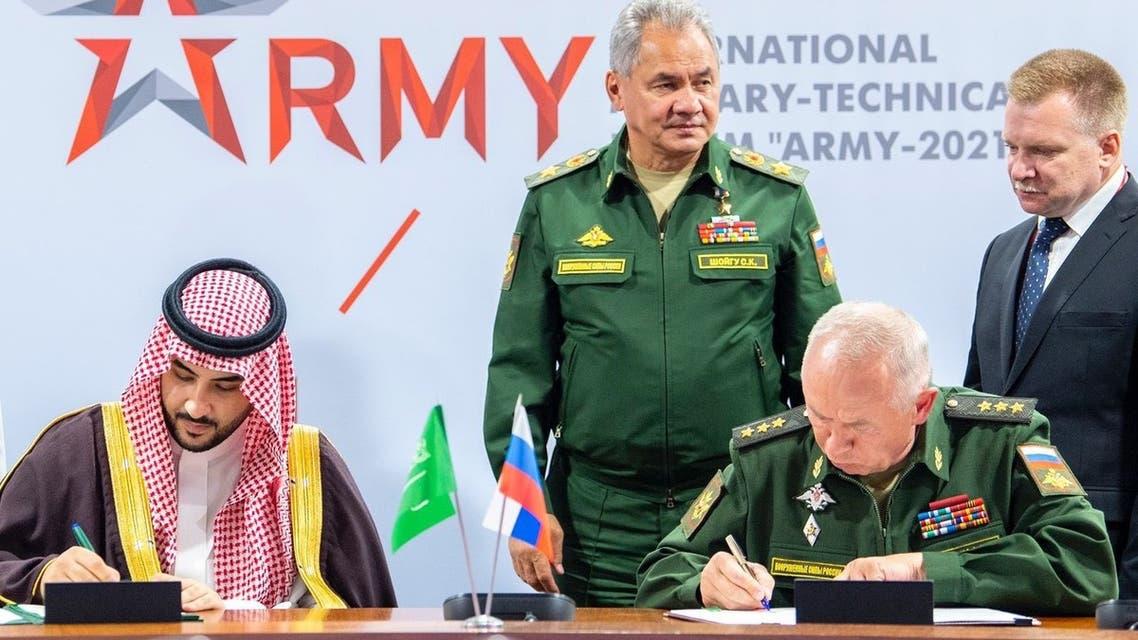 نائب وزير الدفاع السعودي الأمير خالد بن سلمان على تويتر إن المملكة وروسيا وقعتا على اتفاقية تهدف إلى تطوير مجالات التعاون العسكري المشترك بين البلدين.
