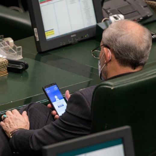 فضيحة تلاحق نائبا إيرانيا.. هذا ما كشفه هاتفه