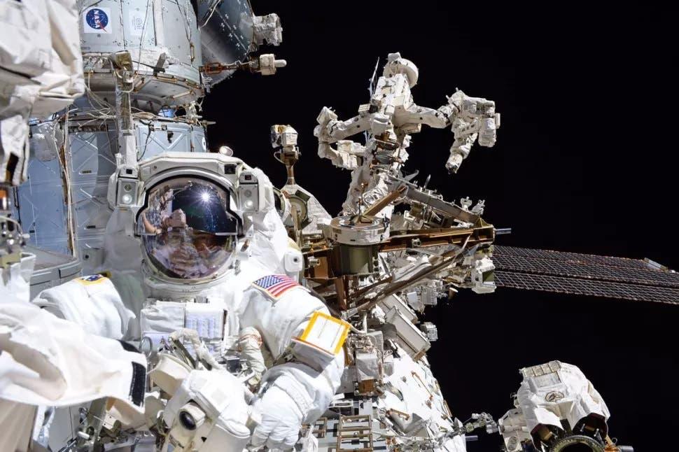 فاندي هاي في مهمة خارج محطة الفضاء الدولية في 2017