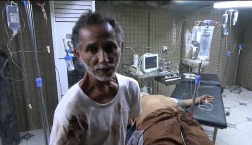 علي عبدالله في المستشفى حيث يتم إسعاف ابنه هيثم