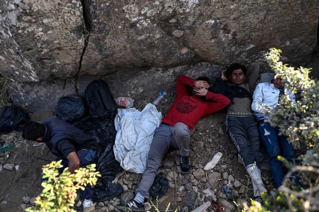 لاجئون أفغان بعد عبورهم الحدود الإيرانية ووصولهم إلى الأراضي التركية - 15 أغسطس 2021 فرانس برس