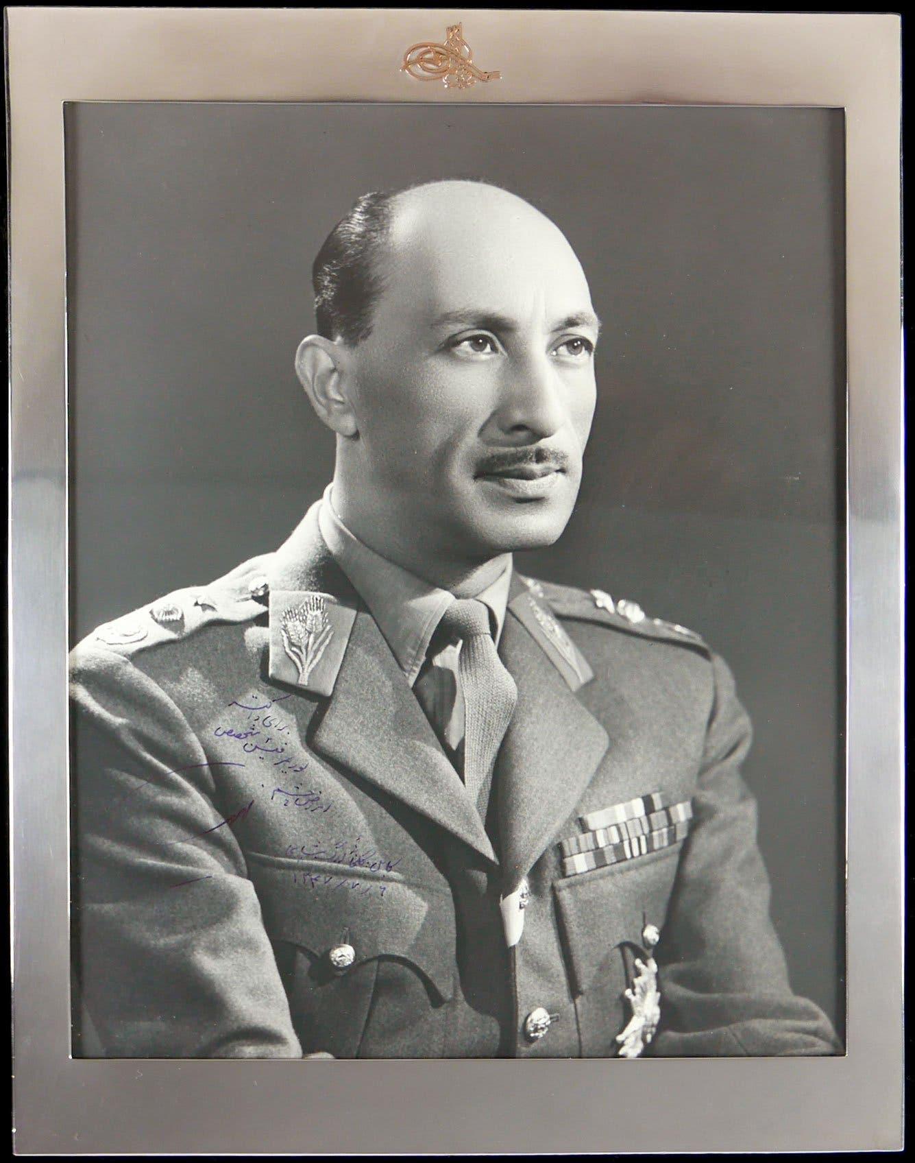 صورة للملك الأفغاني محمد ظاهر شاه بالزي العسكري
