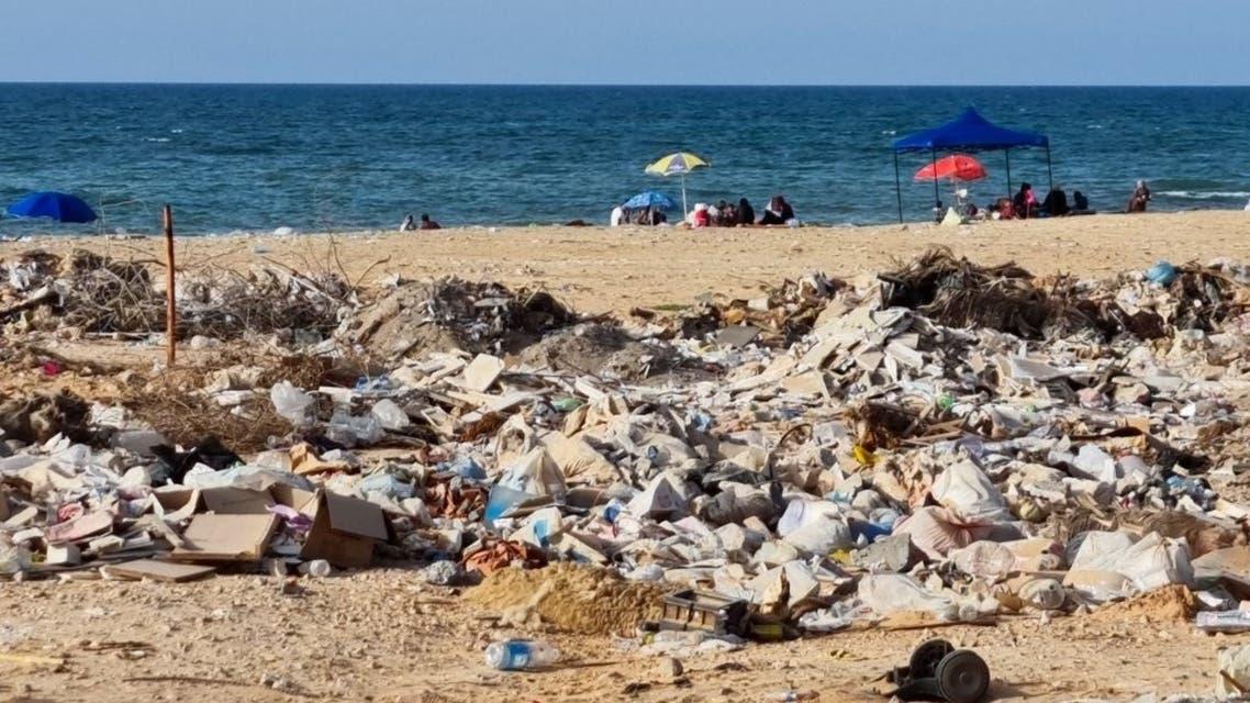 التلوث في شاطئ طرابلس (أ ف ب)