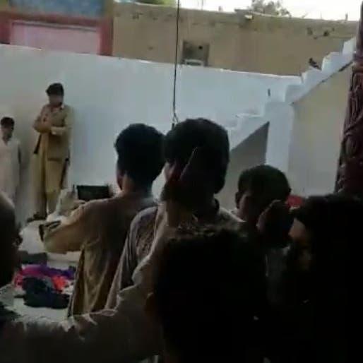 فيديو.. عناصر طالبان تقتحم منازل المدنيين وتنهبها