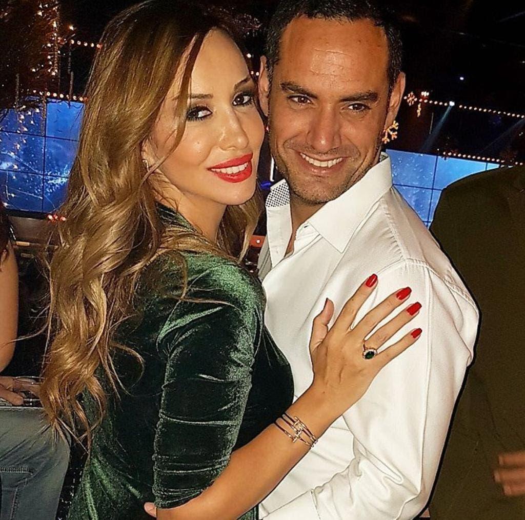 مع زوجته