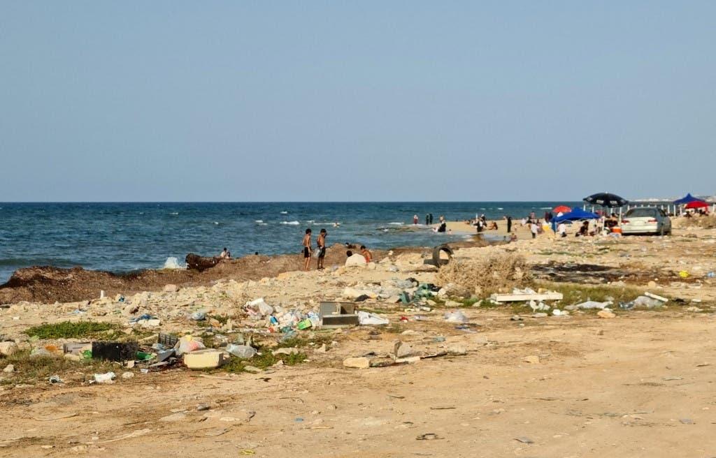 التلوث في شواطئ طرابلس الليبية (أ ف ب)