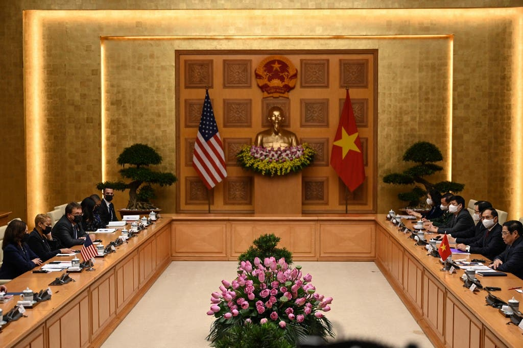 نائبة الرئيس الأميركي في اجتماع مع رئيس وزراء فيتنام في هانوي - فرانس برس