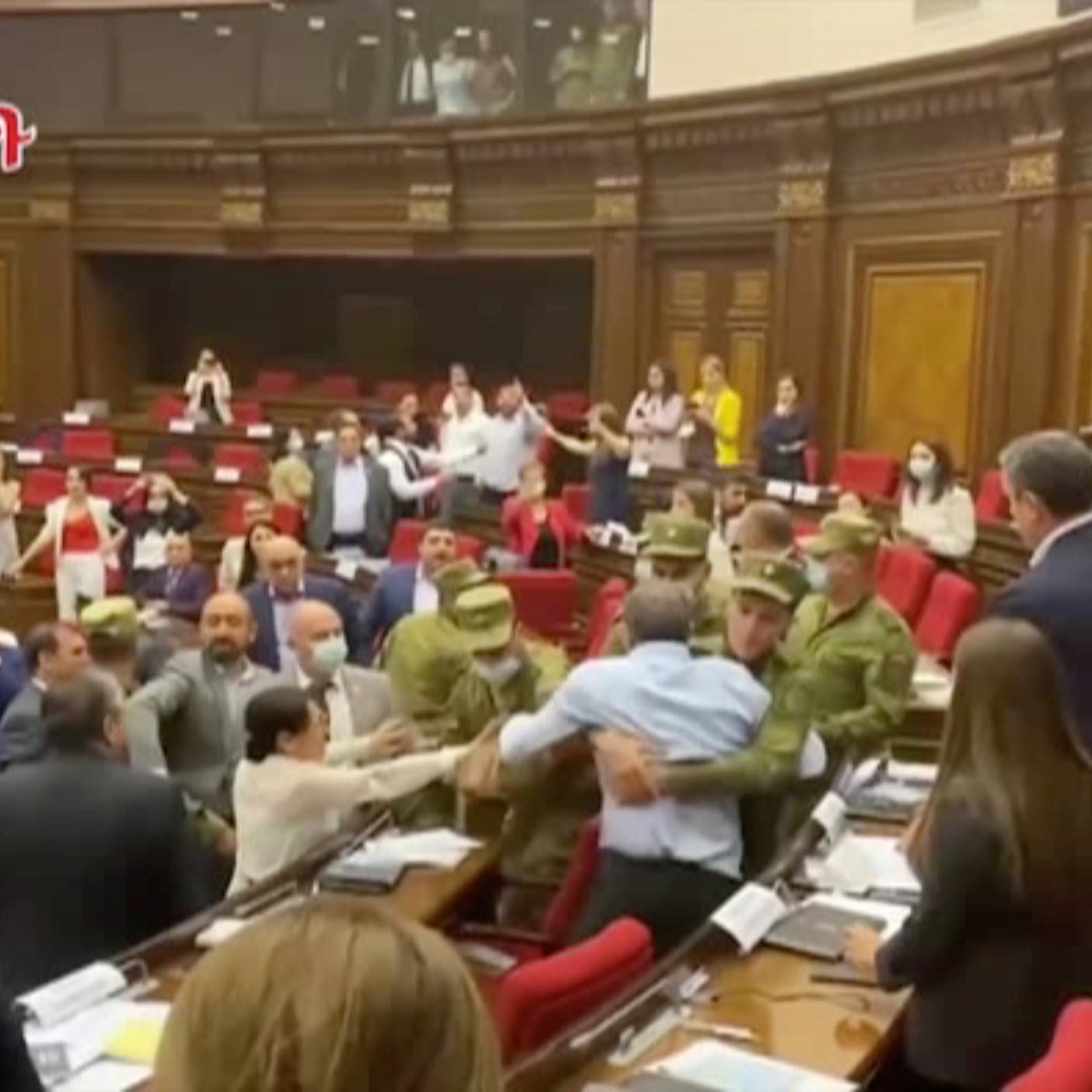 شاهد هرجا ومرجا في برلمان أرمينيا.. شتائم وعراك