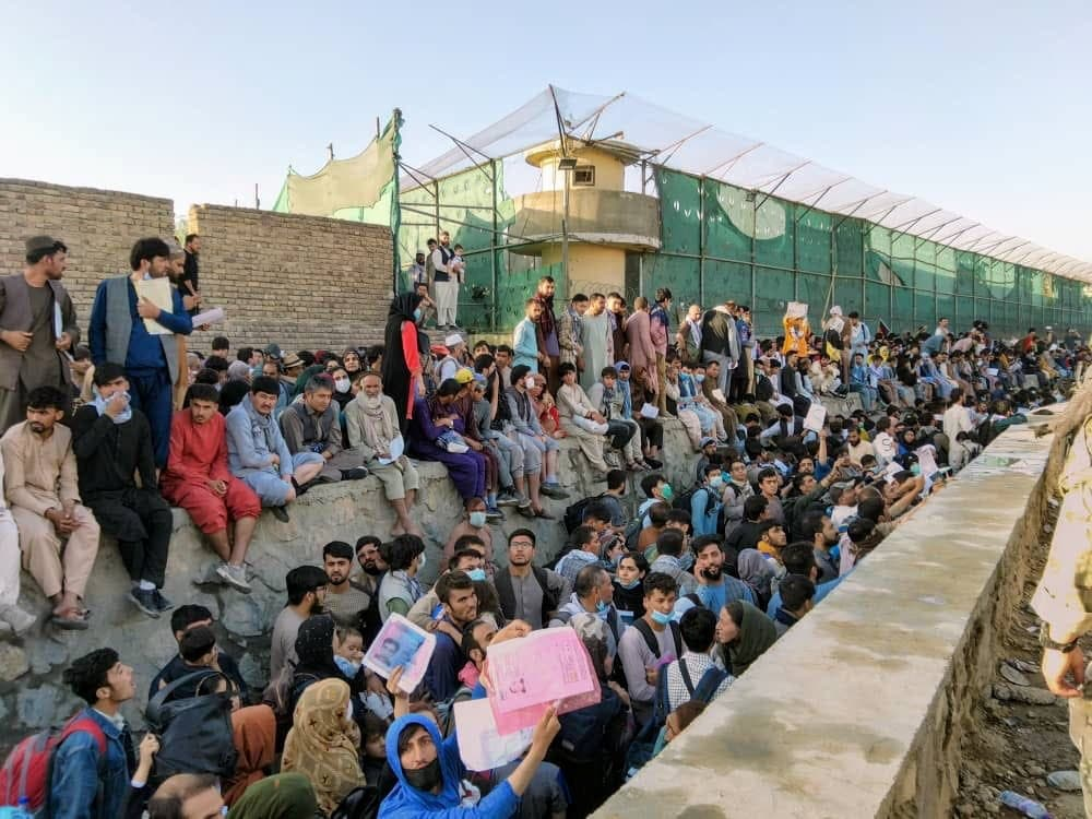 أفغان تجمعوا في محيط مطار كابل على أمل الإجلاء