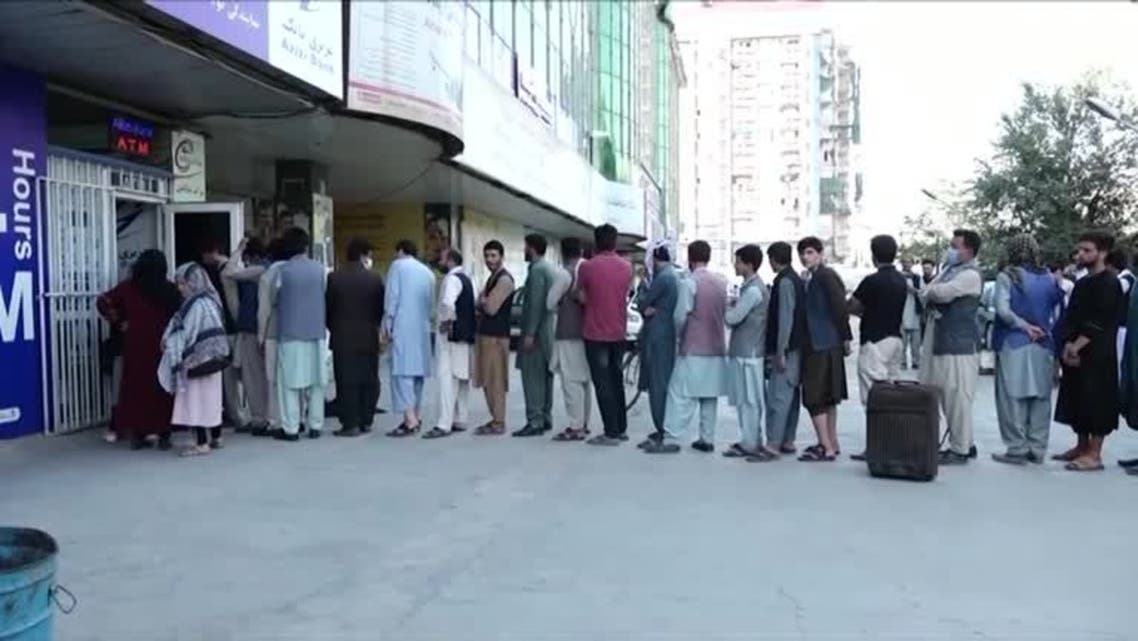 Afghans line up to withdraw money as banks remain shut. (Screengrab)