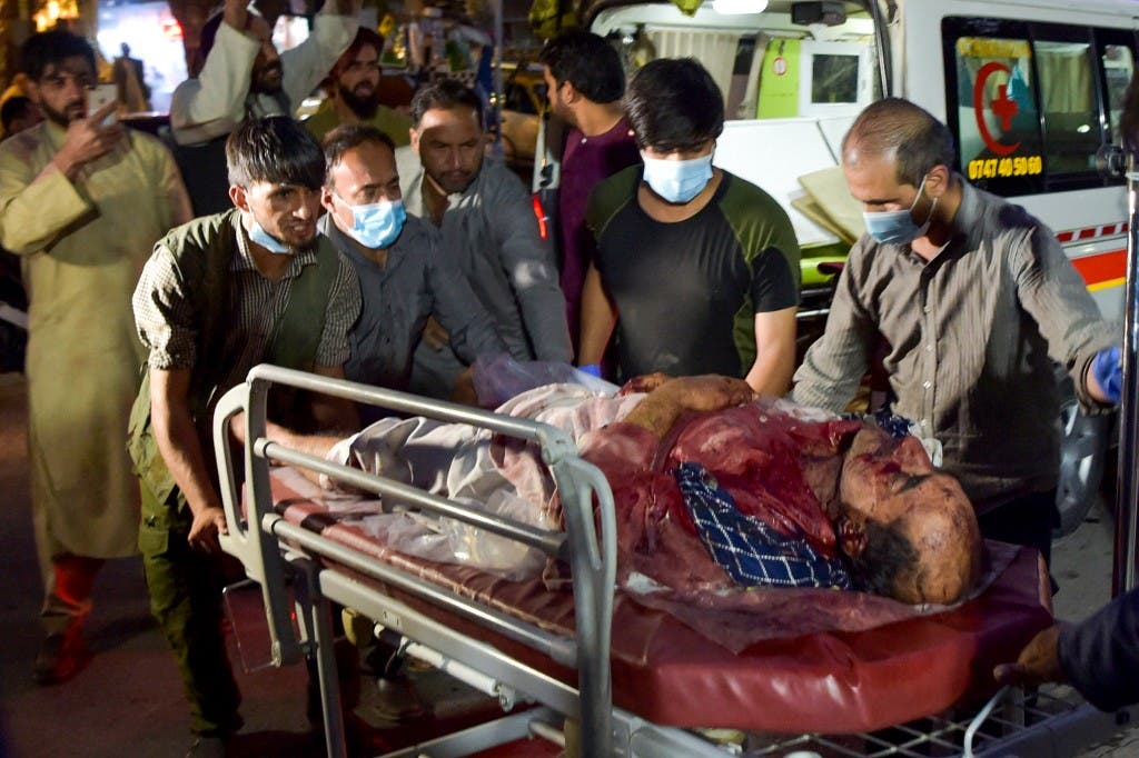 نقل المصابين بتفجير كابل
