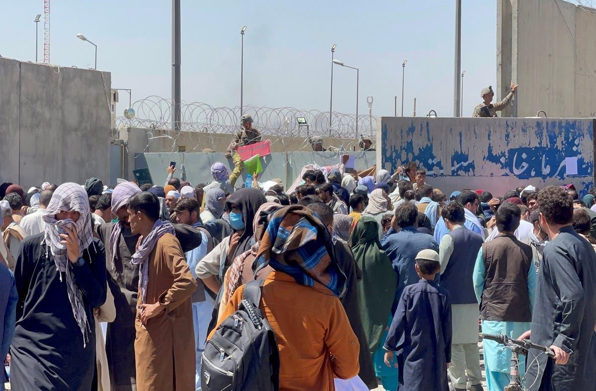 حشد من الأفغان في محيط مطار كابل الخميس