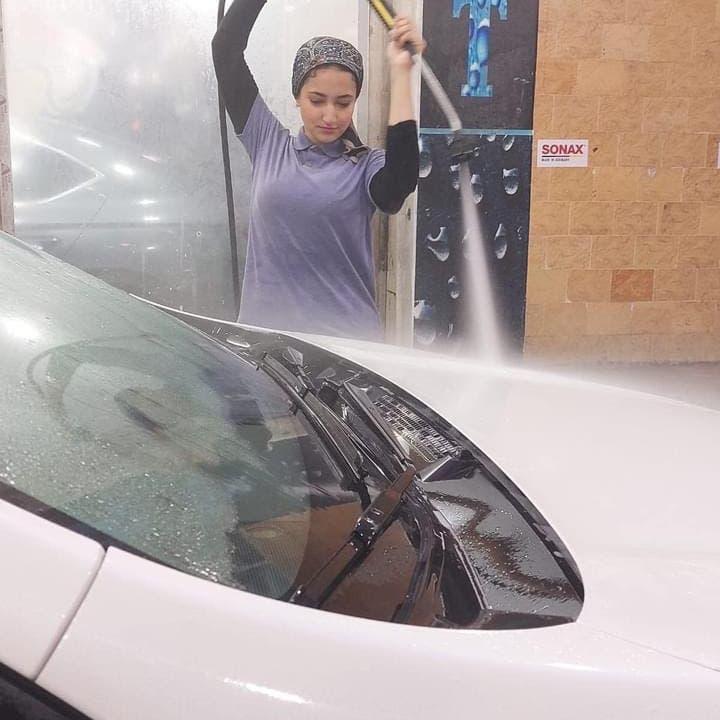 اقتحمن مهنة لا يتحملها إلا الرجال.. مصريات يغسلن السيارات