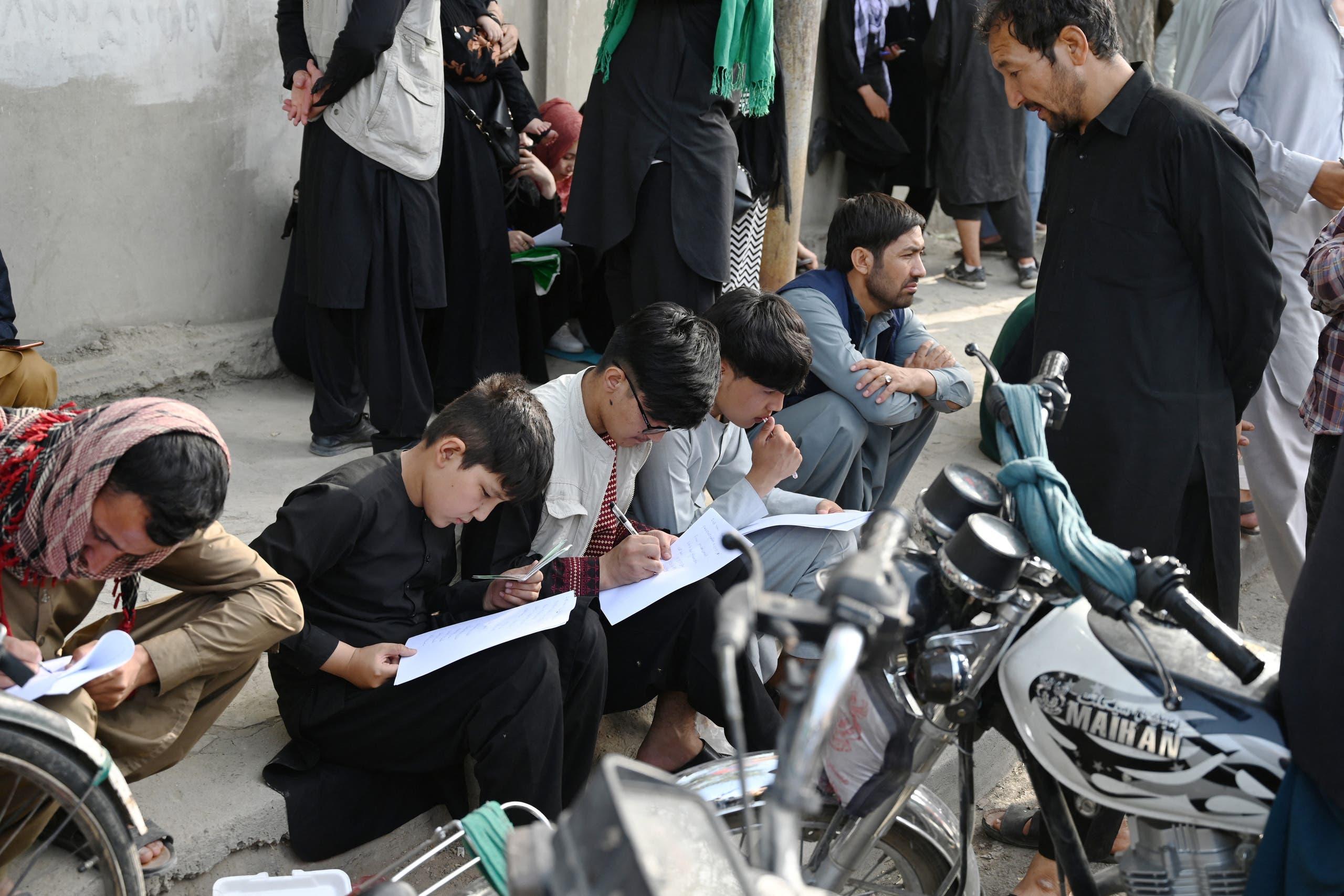 أفغان يملؤون أوراقاً قبالة سفارتي بريطانيا وكندا الأسبوع الماضي أملاً في إجلائهم