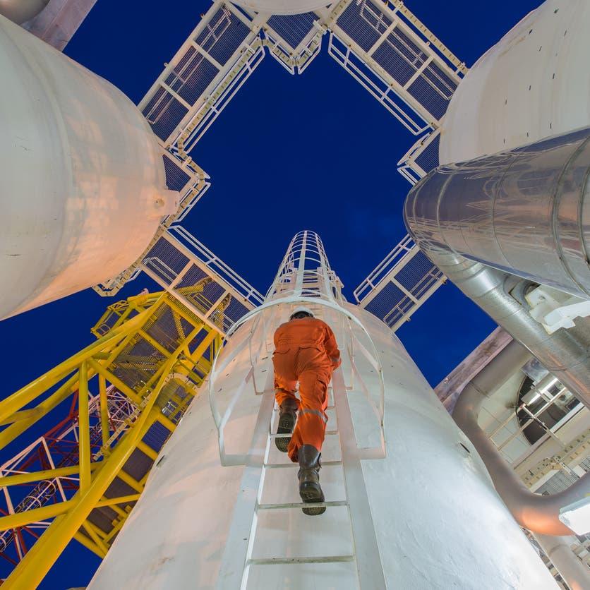 النفط نحو تحقيق أفضل مكاسب أسبوعية في أكثر من عام