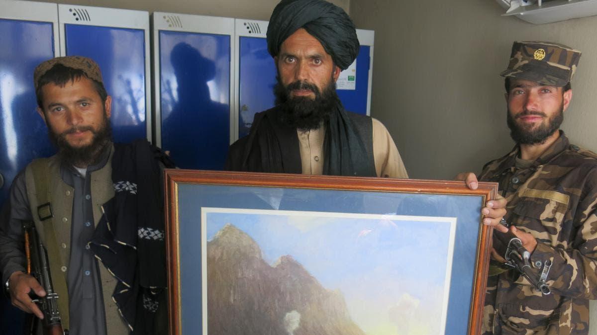 عناصر من طالبان في السفارة البريطانية في كابل