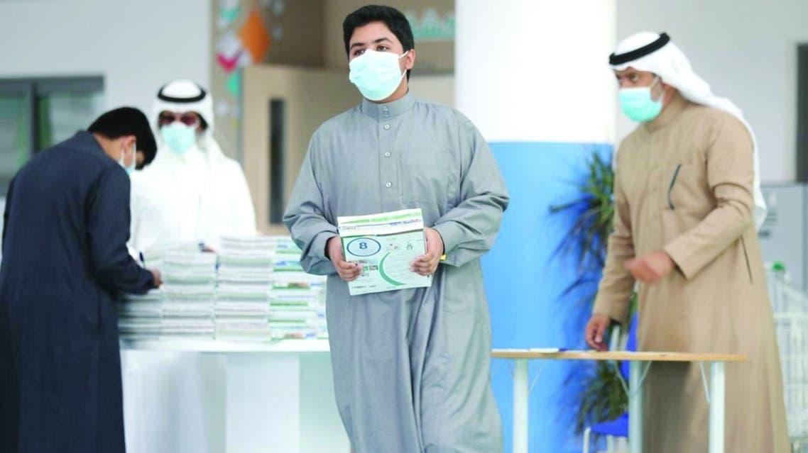 الطلاب خلال استلام الكتب