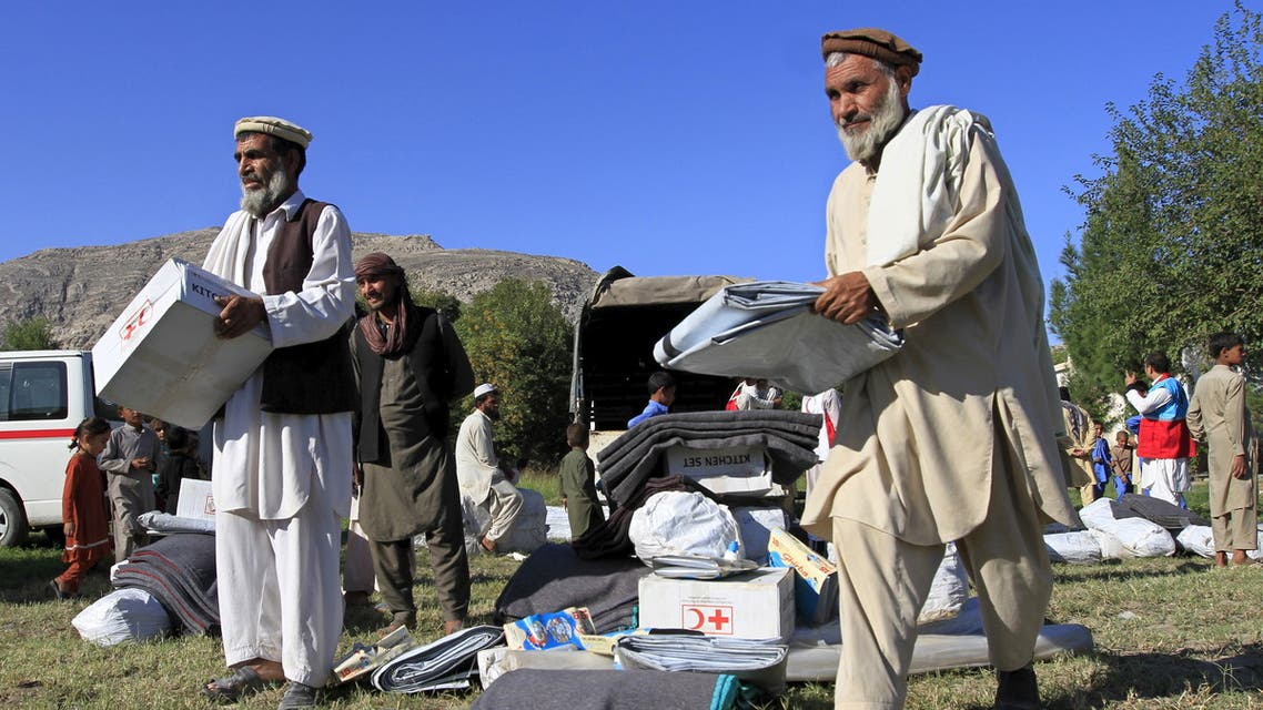 Afghan men receive aid from the International Federation of the Red Cross and Red Crescent Societies after an earthquake, in Behsud district of Jalalabad province, Afghanistan October 28, 2015. (File photo: Reuters)
