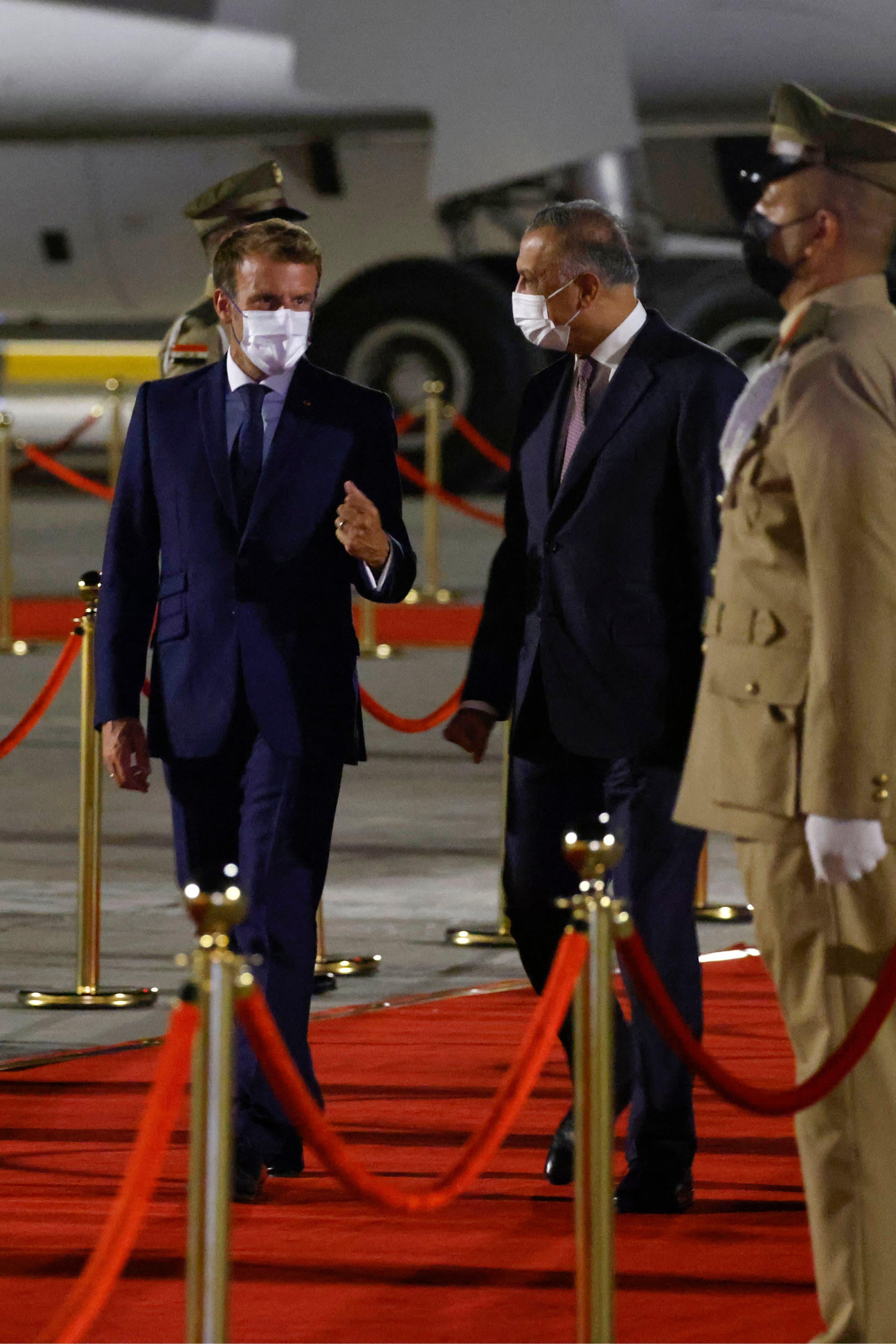 جانب من وصول الرئيس ماكرون إلى بغداد والكاظمي في استقباله