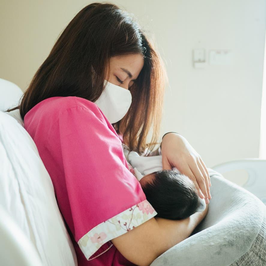 لقاح كورونا مع الرضاعة الطبيعية.. نصائح هامة من الصحة العالمية