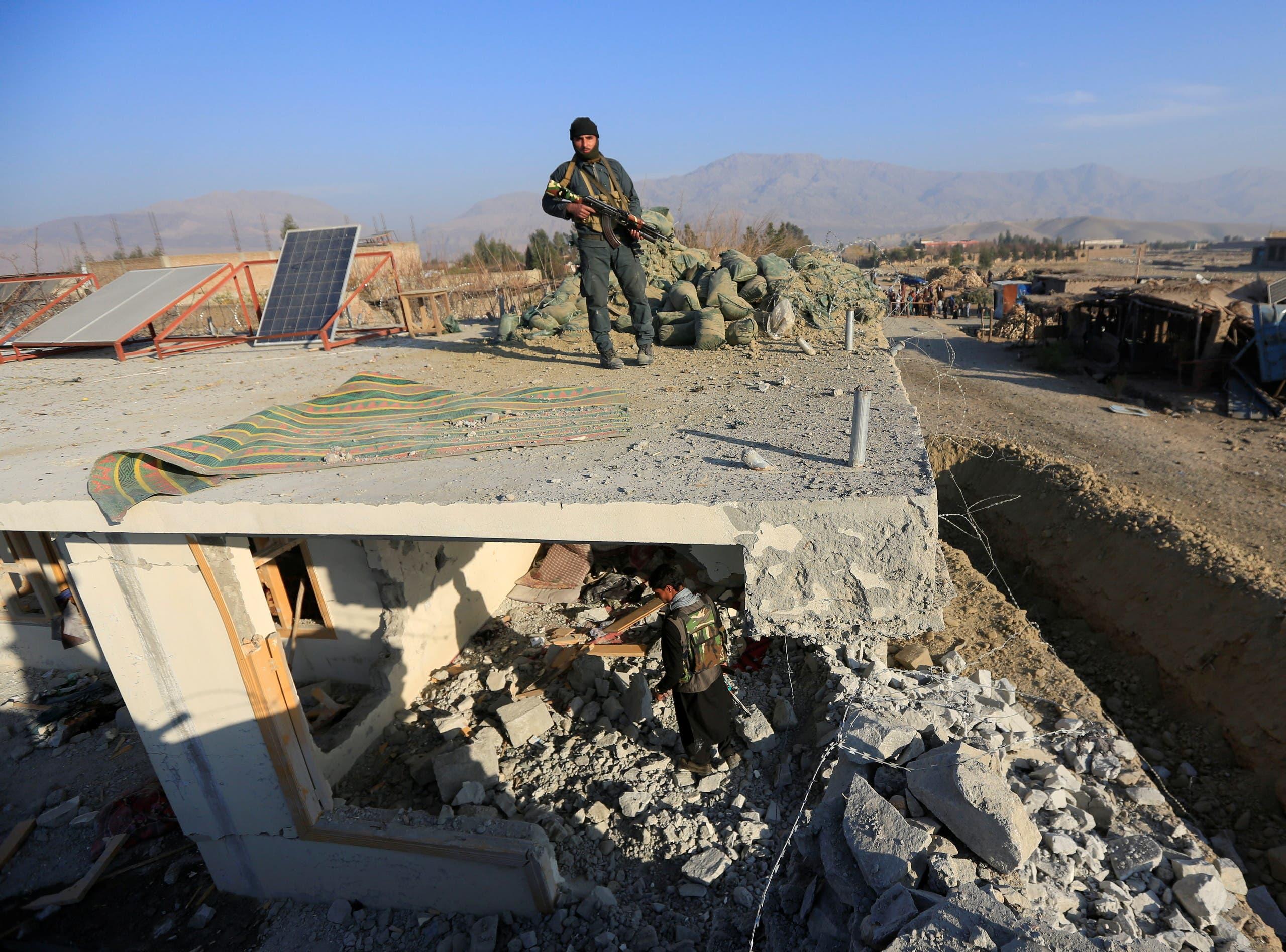 قوات أفغانية في إقليم نانغارهار في فبراير الماضي في موقع تفجير سيارة مفخخة (أرشيفية)