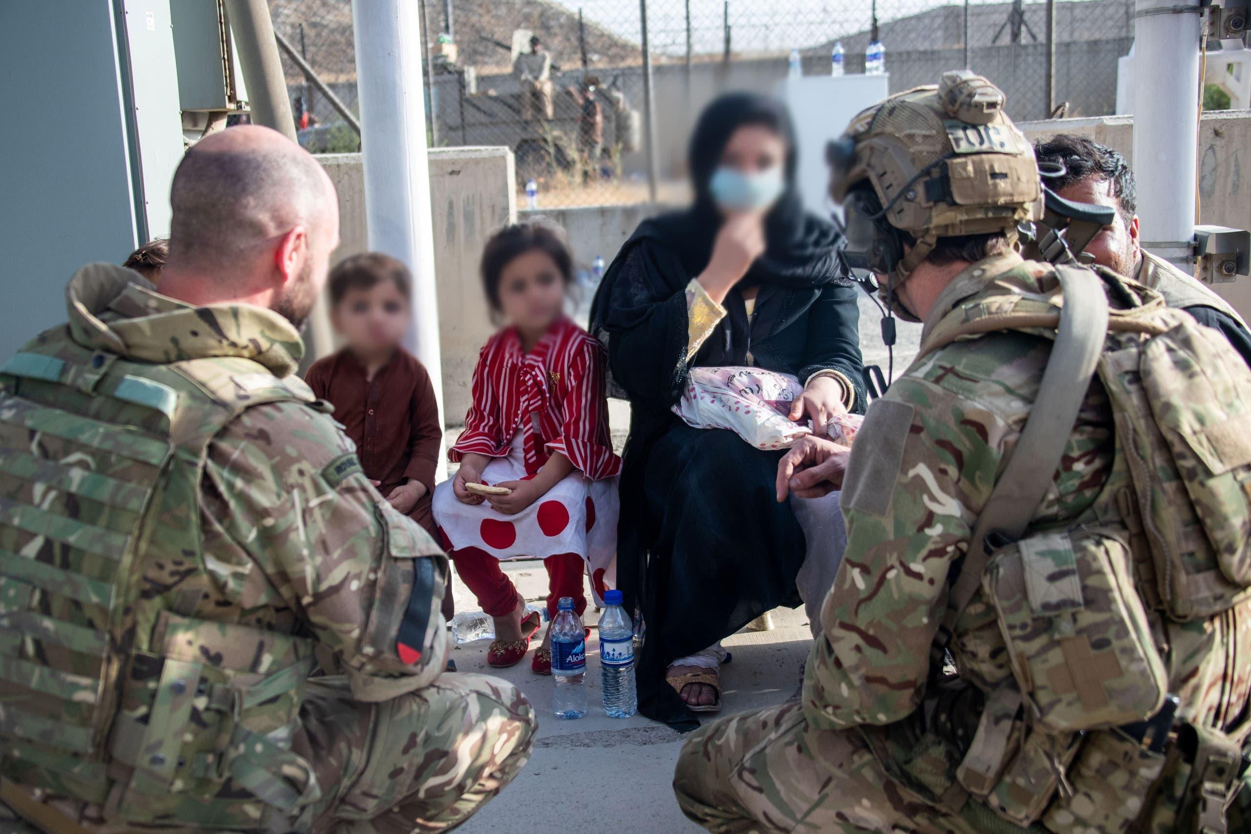 جنود بريطانيون خلال عملية الإجلاء من مطار كابل