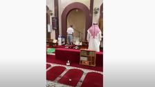 کویت میں 'شارٹس' میں اذان دینے والا موذن معطل، انکوائری شروع
