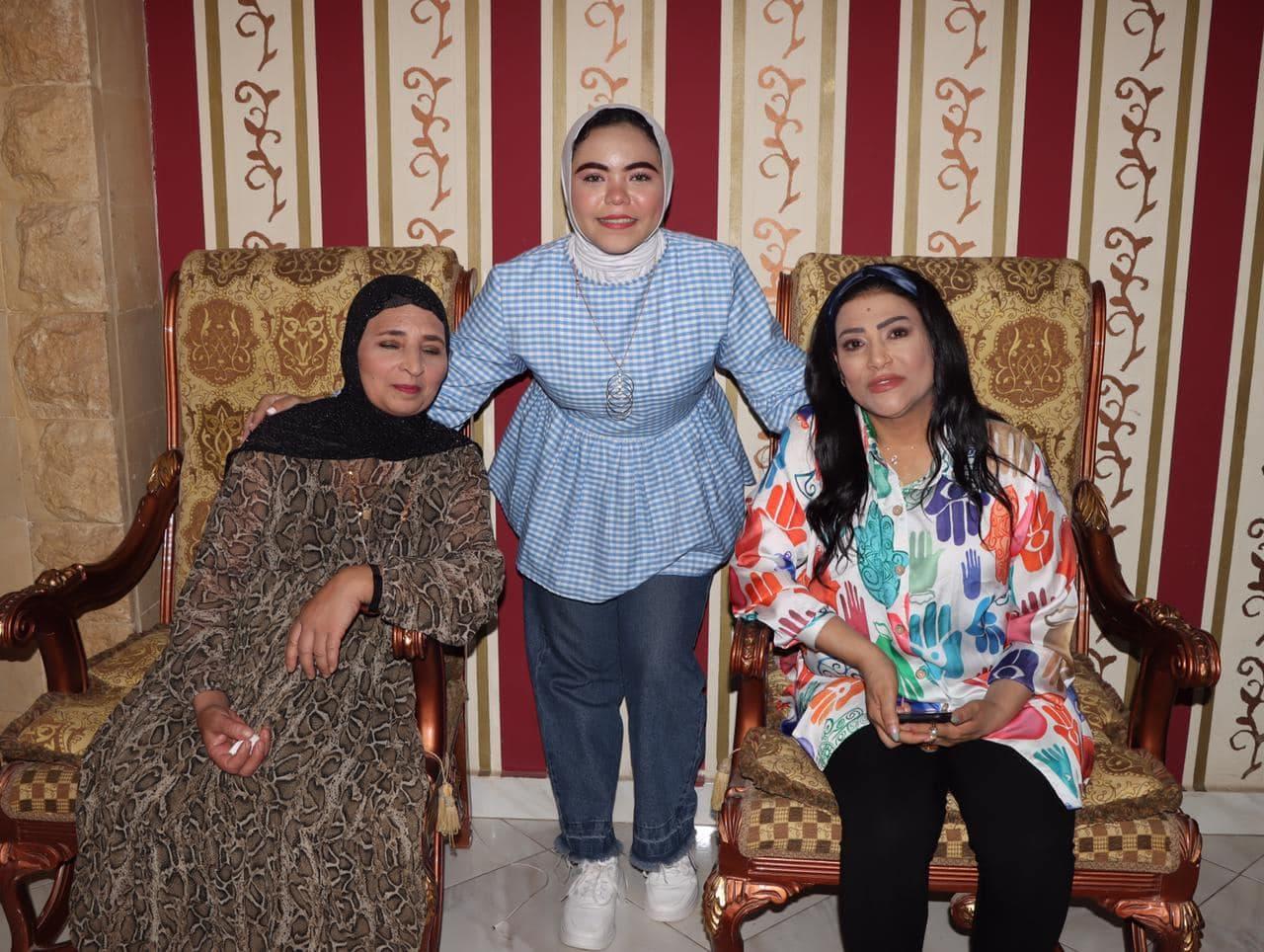 بدرية طلبة مع العروس ووالدتها