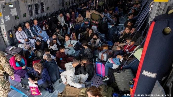 أطفال ينتظرون فرصة الهروب من الوطن مع أسرهم