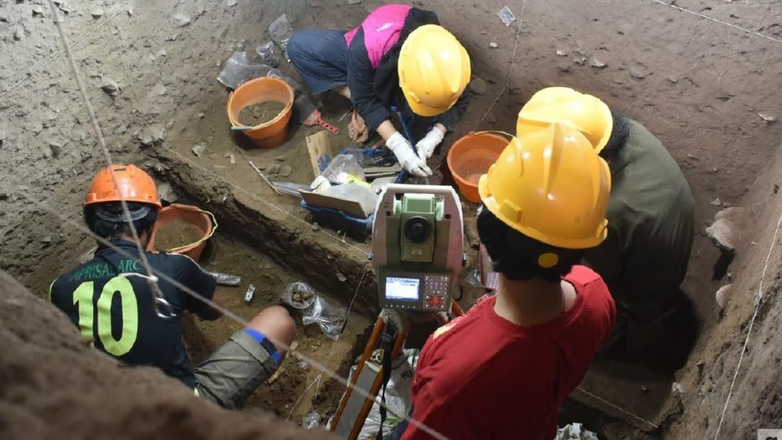 Detail of the researchers at work in the excavation. (Credit: Nature)
