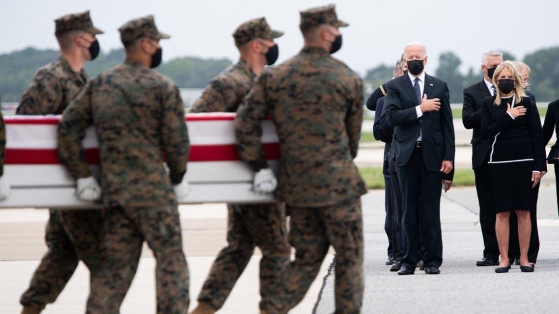 بايدن يستقبل جثامين القتلى الأميركيين بتفجير مطار كابل