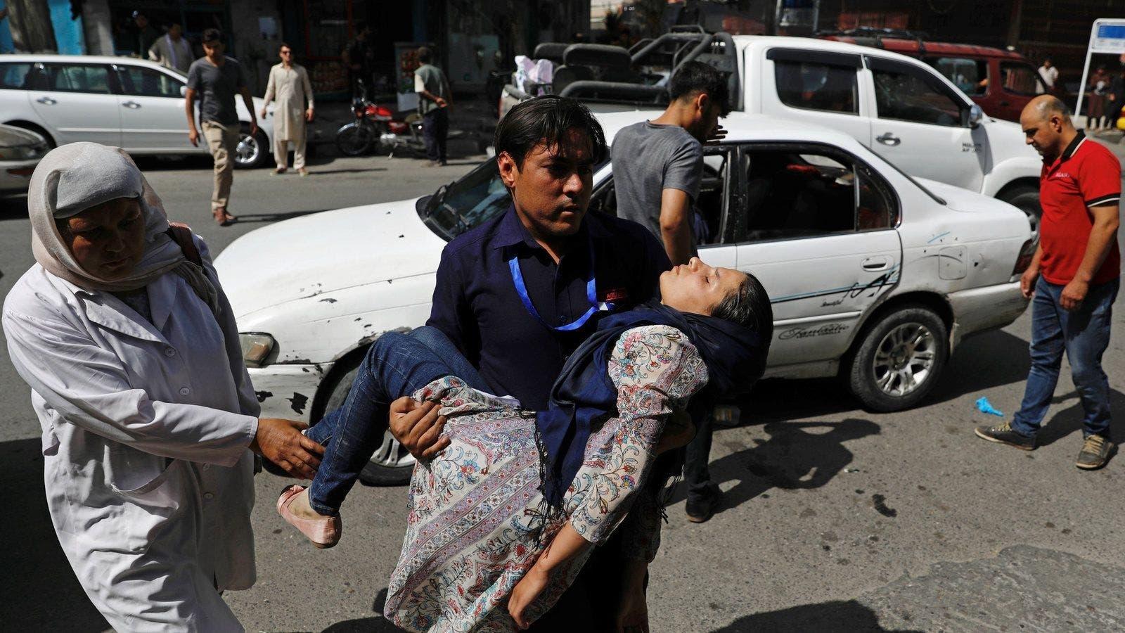 طفلة جريحة إثر التفجير بكابل يتم نقلها إلى المستشفى