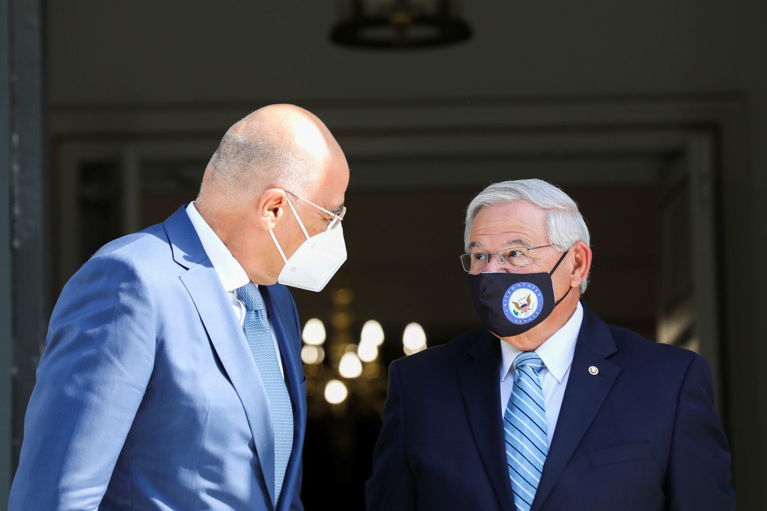 بوب مينينديز ونيكوس ديندياس في أثينا يوم 27 أغسطس (رويترز)