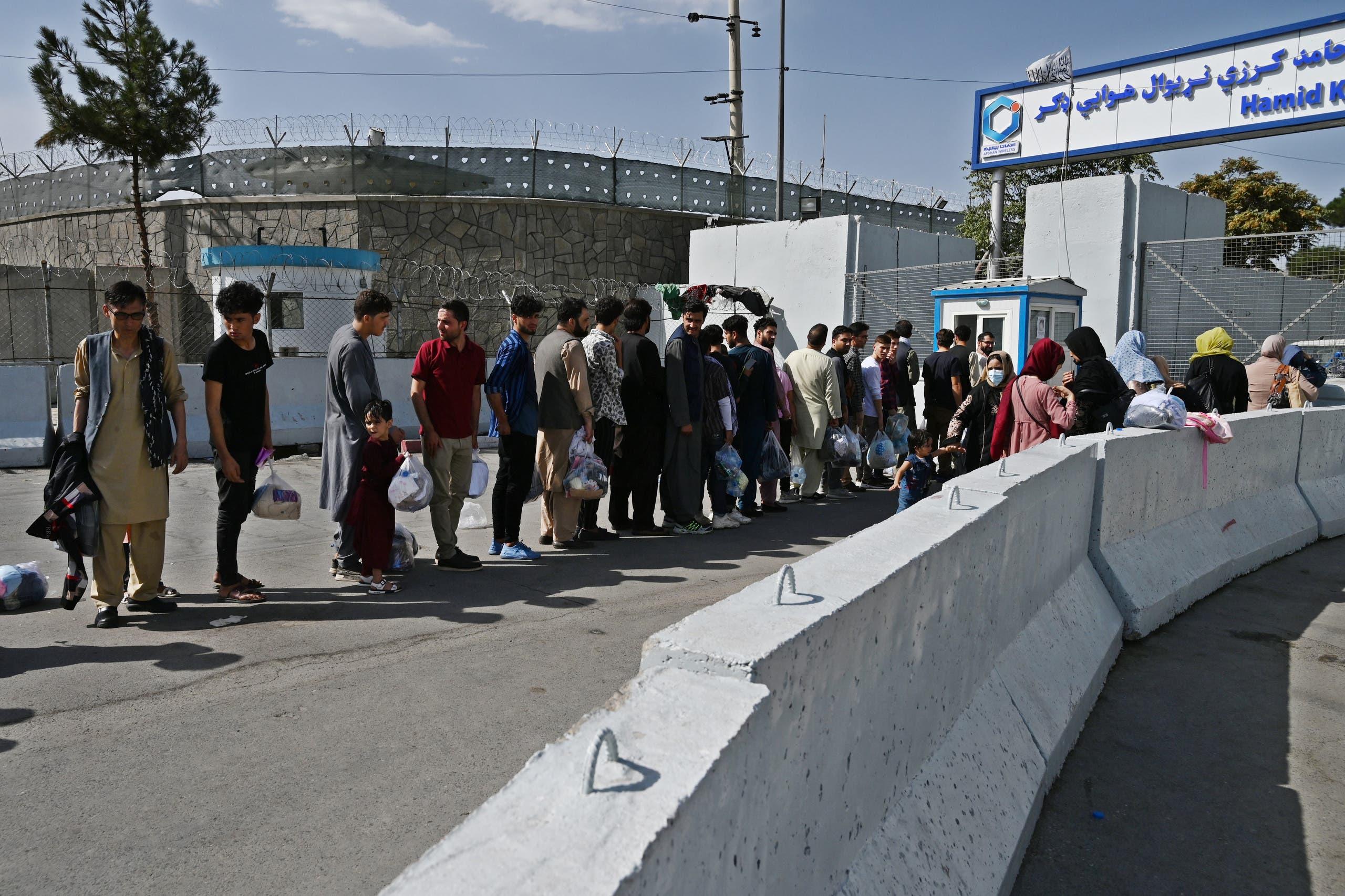 أفغان انتظروا قرب المطار السبت على أمل إجلائهم