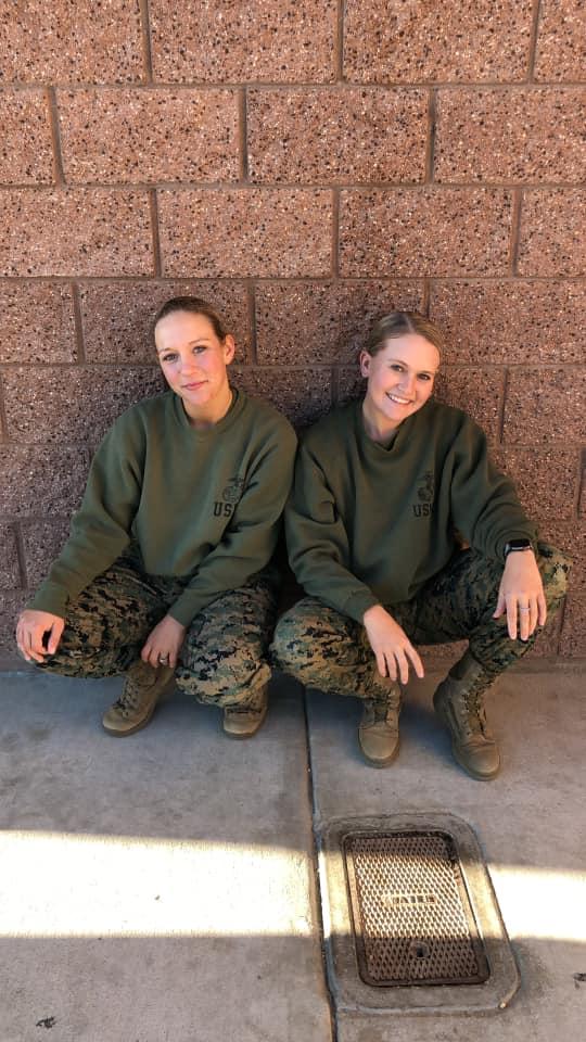 الجندية الأميركية نيكول جي مع صديقتها المقربة مالوري هاريسون
