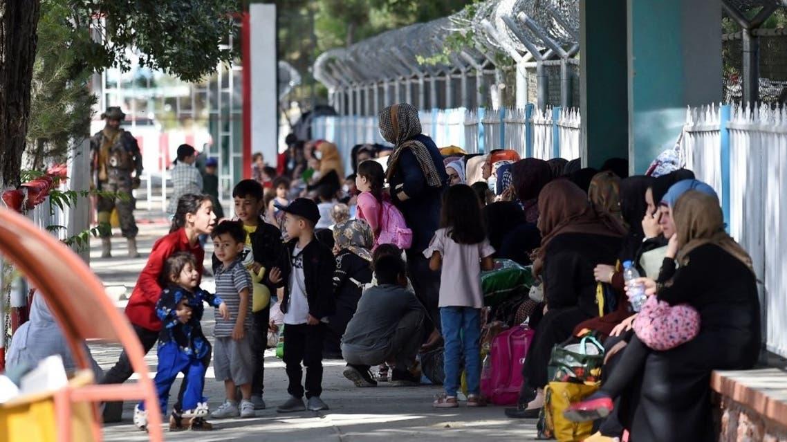 أفغان ينتظرون اجلاءهم عبر مطار كابل (أرشيفية- فرانس برس)