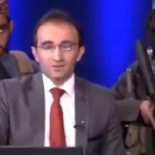 فيديو.. عناصر طالبان يحملون السلاح خلف مذيع على الهواء
