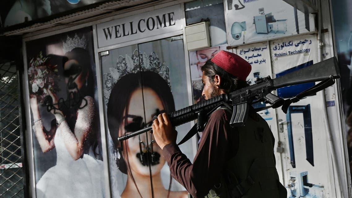 من أحد شوارع كابل، طمس صور النساء(فرانس برس)