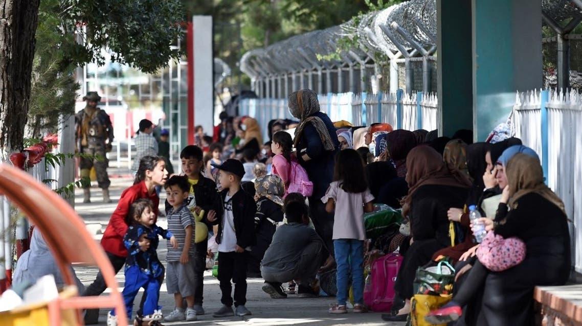 أفغان ينتظرون الاجلاء في مطار كابل (فرانس برس)