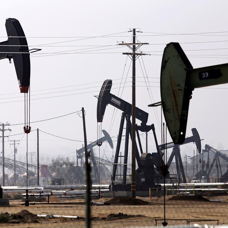 النفط يوسع خسائره مع استمرار الضبابية حول توقعات الطلب العالمي