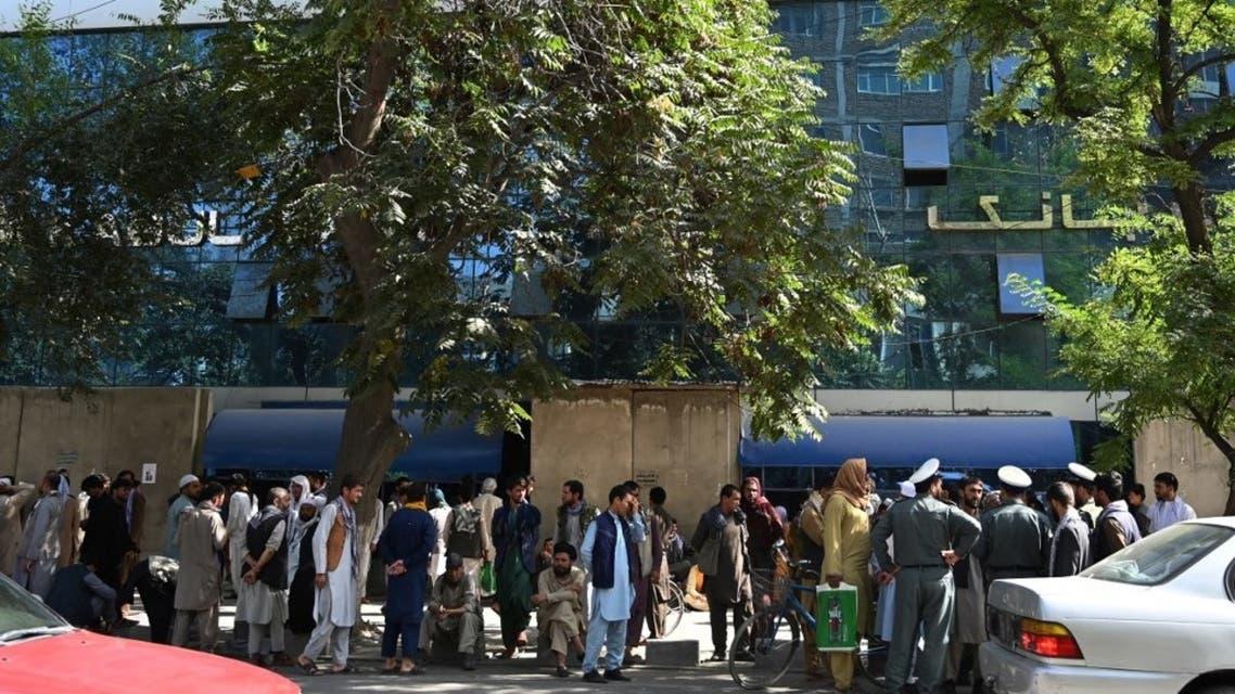 صف سپردهگذاران مقابل یک بانک در کابل