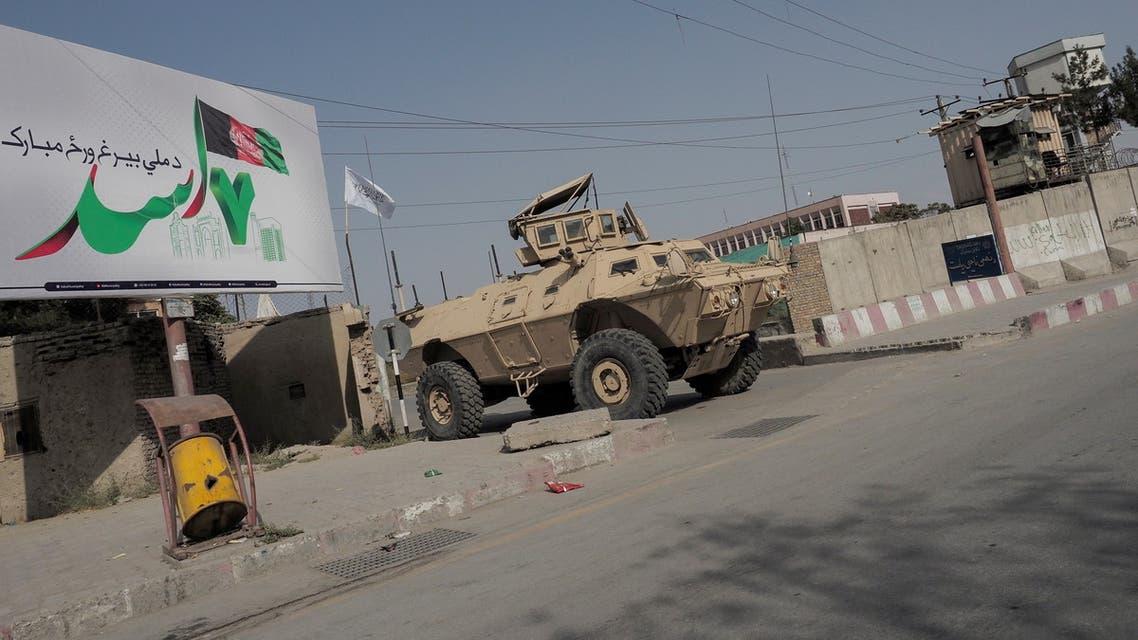 آلية أميركية متروكة في أحد شوارع كابل (رويترز)