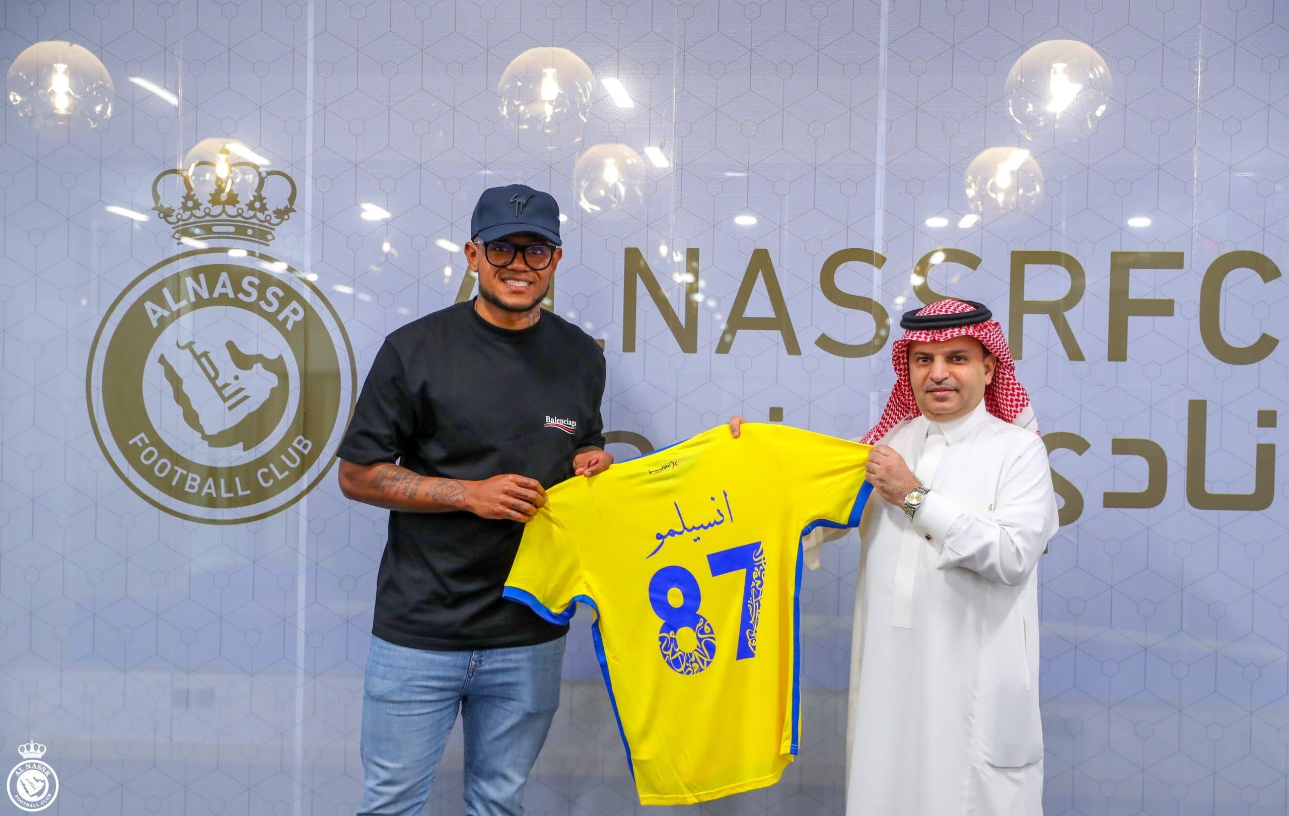 أنسيلمو مع رئيس النصر خلال الإعلان عن التعاقد