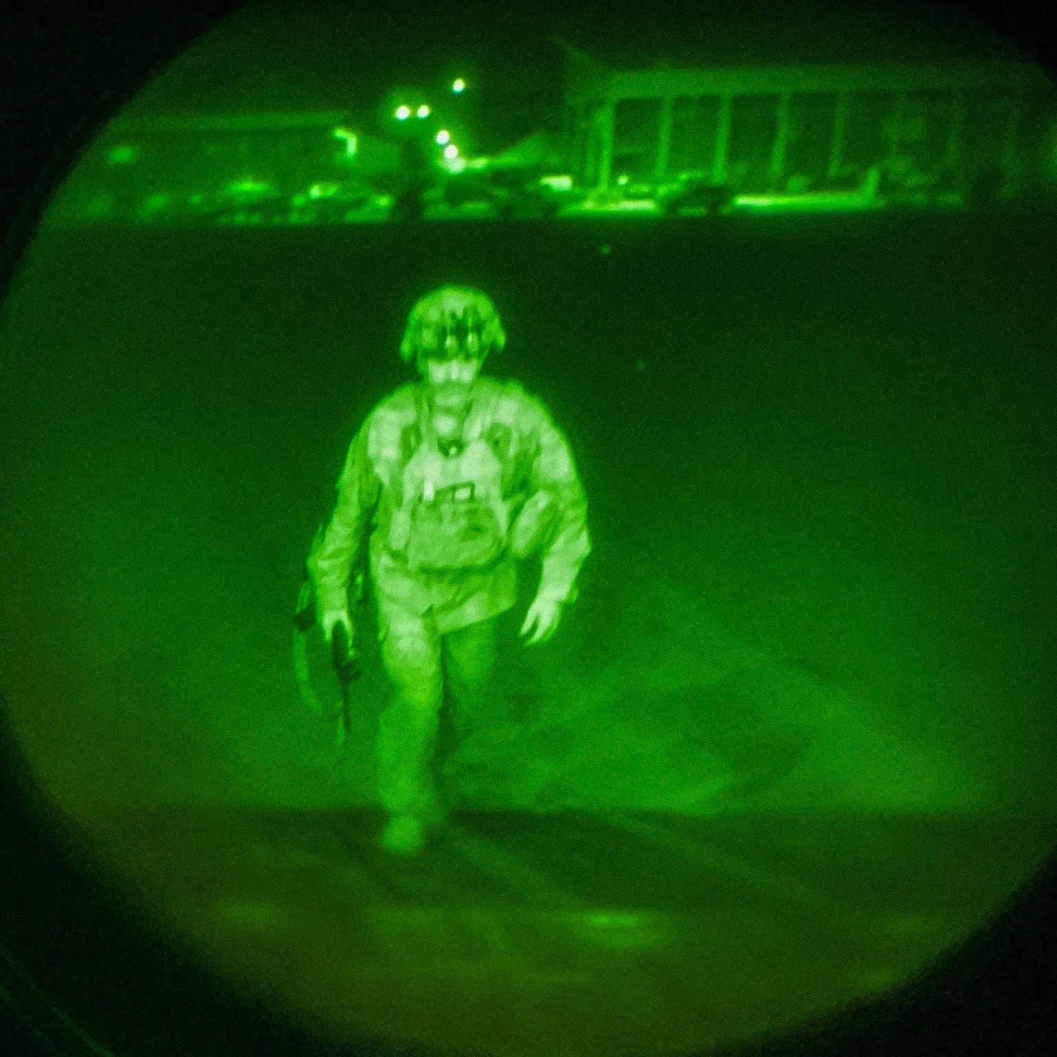 صورة لآخر جندي أميركي يغادر أفغانستان