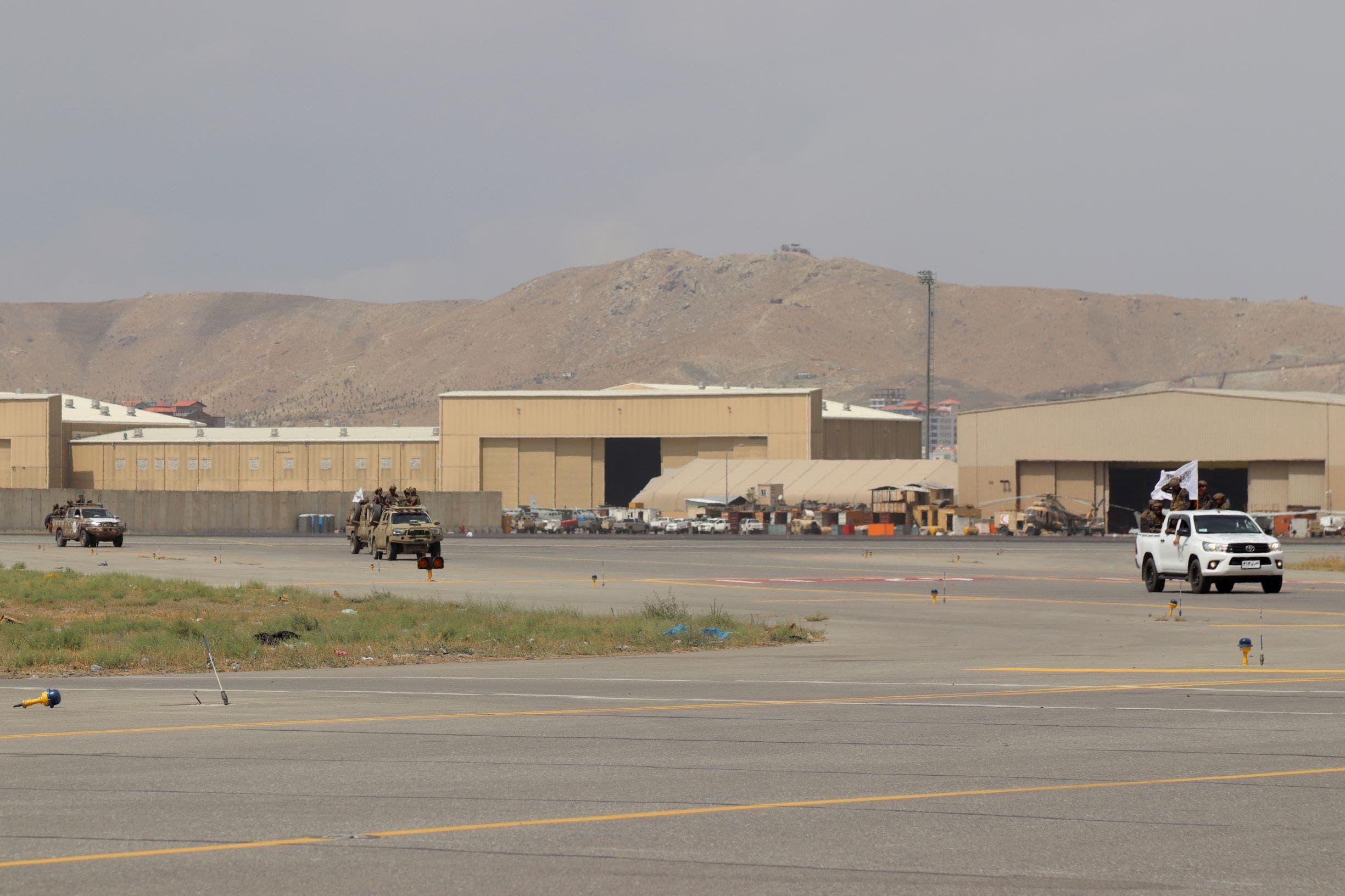 عناصر طالبان داخل مطار كابل