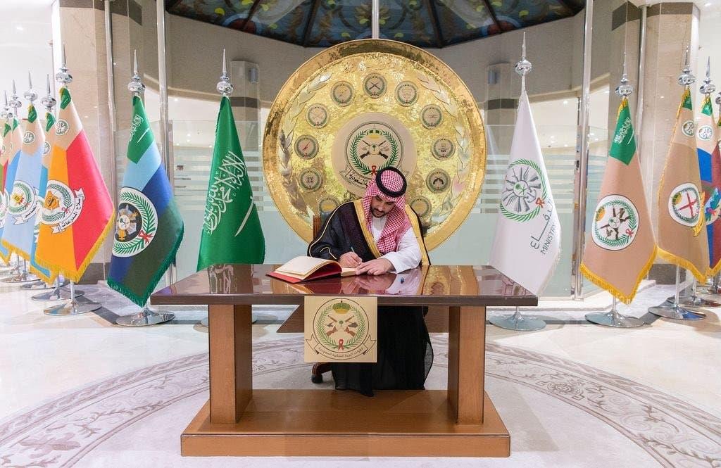 الأمير خالد بن سلمان في مقر قيادة القوات البرية