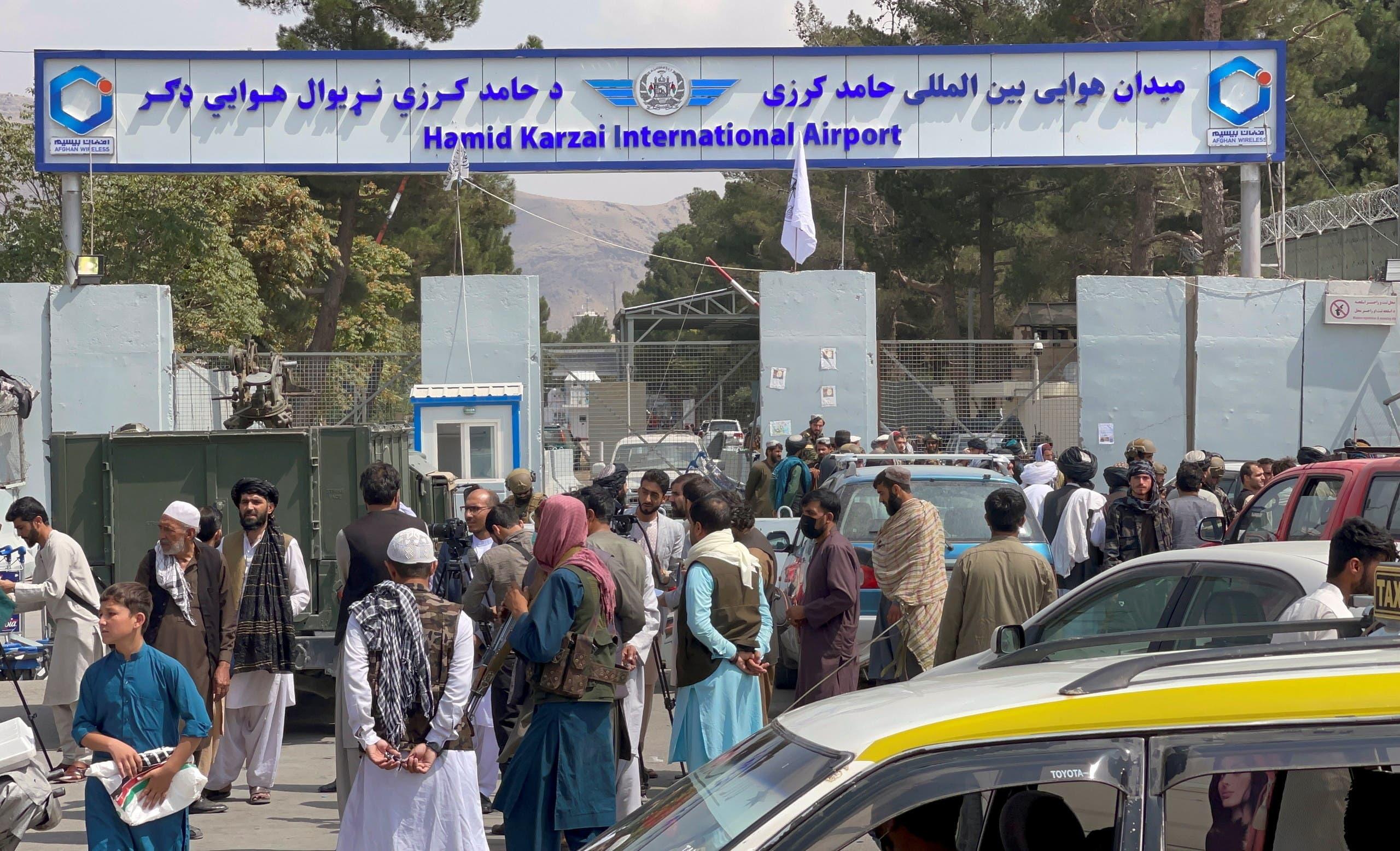 أفغان تجمعوا خارج مطار كابل الثلاثاء