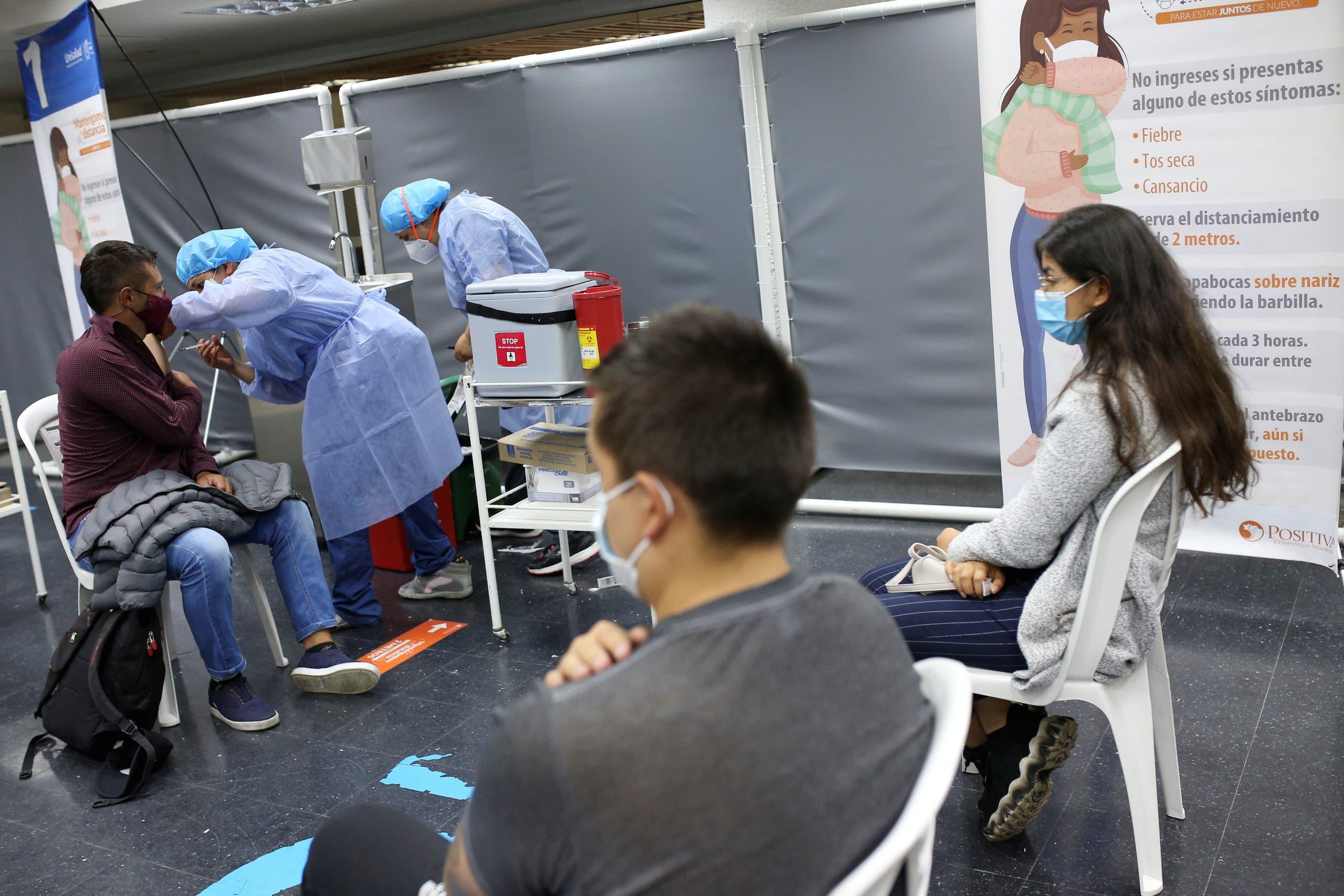 من مركز للتطعيم في كولومبيا حيث ينتشر المتحور مو