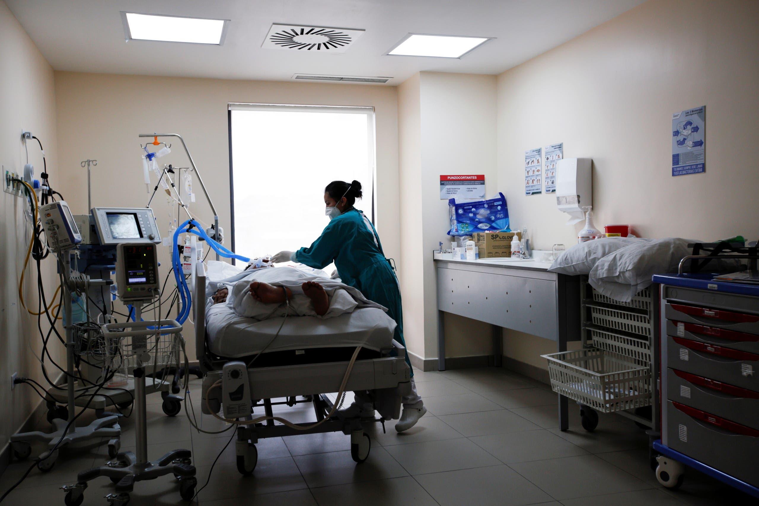 مصاب بكورونا في أحد مستشفيات الإكوادور حيث ينتشر المتحور مو